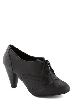 It's All Chic to Me Heel in Black. Its a cinch to translate your posh sense of style when you have these lace-up pumps as your guide! Vintage Heels, Mode Vintage, Retro Vintage, Shoe Boots, Shoes Heels, Pumps, Cute Shoes, Me Too Shoes, 1920s Shoes