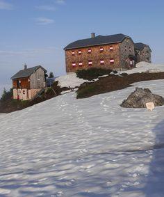 Die Hofpürgelhütte bei der Bischofsmütze - Was für EIN SCHÖNER FLECK ERDE. Bergen, Spring Time, Den, Snow, Mountains, Gift, Outdoor, Gifts, Nice Asses