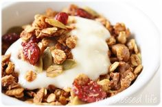 This granola recipe is the best ever because it's a great basic and easy recipe. I make granola different every time and it's always delicious! Homemade Breakfast, Breakfast Recipes, Breakfast Time, Daniel Fast Recipes, Yogurt And Granola, Sweet Recipes, Yummy Recipes, Yummy Food, Healthy Food
