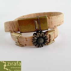 Pulseira em tira de cortiça natural e enfeites em bronze. #zirafa, #Design, #personalizado, #artesanato, #cortiça, #mulher, #feminino, #bijutaria, #urbano, #pulseiras, #cork