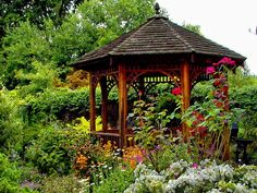Wooden gazebo in the garden - Stylish alternative to the roundabout - The wooden pavilion in the garden is a practical space-saving alternative to the gazebo - can be built in a limited space. Hot Tub Gazebo, Backyard Gazebo, Pergola Patio, Curved Pergola, Pergola Plans, Pergola Kits, Wooden Pavilion, Wooden Gazebo, Garden Structures