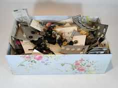 179) Collection of carded and  other vintage buttons together with a collection of vintage thimbles £20-£30