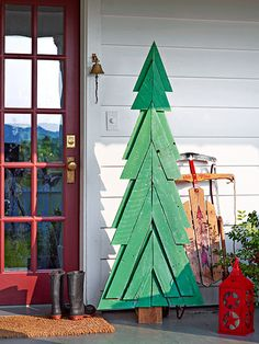 Spruce up your exterior with a stand-up tree made from salvaged pallet wood. To get the pitch of the tree, stack two lengths of pallet boards and pivot them open, keeping their opposite corners aligned. See how!
