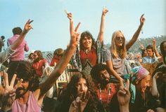 Aparece o movimento Hippie, inicio de uma Era Aquariana , jovens querem paz , liberdade, sem regras ou códigos.