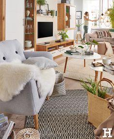 Felle machen jedes Zimmer im Handumdrehen hyggelig. #meinhöffi Shag Rug, Throw Pillows, Living Room, Rugs, Bed, Interior, Home Decor, Room Interior Design, Dining Rooms