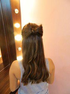 Penteado romântico: laço feito com cabelo   não é de hoje que a gente <3 laços!  No cabelo, então... adoramos!!   #hair #hairdo #inspiration #beleza #belezaria