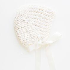 Flettekysen er en deilig sømløs affære. Med lekre fletter over hele er den det perfekte tilbehøret til både dåpskjole, bunader og alle festlige anledninger. Straks du får teken på snuteknikkene så går det raskt unna, og når du er ferdig er det bare å sy på bånd så er den klar til bruk. Sammenstrikkingen i nakken gir en god passform. Baby Knitting, Winter Hats, Pattern, Babies, Design, Fashion, Threading, Moda, Babys