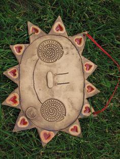 Slunce Keramické slunce na pověšení, s tmavou patinou a roztaveným sklem v paprscích... rozměr délka slunce 24cm na výšku 18 cm. Pottery Mugs, Ceramic Pottery, Pottery Art, Ceramics Projects, Clay Projects, Diy Craft Projects, Clay Owl, Clay Mugs, Polymer Clay Crafts