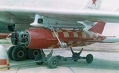 Prototipo Tu-16K-16 Badger G armado con un prototipo KSR-2 / SA-5A Kelt misil antibuque crucero. Tenga en cuenta el buscador de radar activo expuesto y disposición de antena parabólica (Rus Ministerio de Defensa).