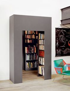 Coffrage ingénieux (above stairs, bookcase on bathroomside) Library Bookshelves, Closet Library, Bookcases, Black Queen, Moderne Pools, Home Libraries, Interior Decorating, Interior Design, Deco Design