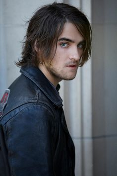 Landon Liboiron is so handsome! :) He kinda sorta looks like Justin Chatwin ( Not so much in this photo).