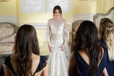 OMG! A @entertainmentweekly divulgou essa foto do último episódio de #PrettyLittleLiars que vai ao ar amanhã, nos Estados Unidos. Que linda a Aria (Lucy Hale) vestida de noiva!! Vocês estão preparados pra esse final?!