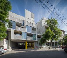 Edifício de Apartamentos Dogarilor  / ADN Birou de Arhitectura http://www.archdaily.com.br/br/760058/edificio-de-apartamentos-dogarilor-adn-birou-de-arhitectura