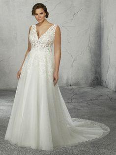 Trouwjurk voor bruid met maatje meer, lichte A-lijn soepelvallende rok met sleepje.