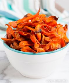 Healthy Baked Carrot Chips Recipe - Get your crunchy chip-fix without ruining your diet! These gluten free, low fat snacks are easy to ma. Carrot Recipes, Diet Recipes, Vegan Recipes, Cooking Recipes, Paleo Vegan, Carrot Ideas, Shrimp Recipes, Carrot Bacon Recipe, Carrot Recipe For Kids