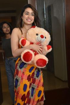 Shraddha Kapoor with teddy bear in hand at Baaghi 3 Promotions Shraddha Kapoor Hot Images, Shraddha Kapoor Cute, Cute Girl Poses, Cute Girls, Ariana Grande Outfits Casual, Sraddha Kapoor, Beautiful Nature Wallpaper, Disha Patani, Wonderful Picture