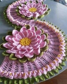 Recipe for how to make this beautiful crochet table path in the sunflower crochet pattern Crochet Flower Tutorial, Crochet Flower Patterns, Embroidery Patterns Free, Crochet Motif, Crochet Designs, Crochet Doilies, Crochet Flowers, Crochet Table Runner, Crochet Tablecloth
