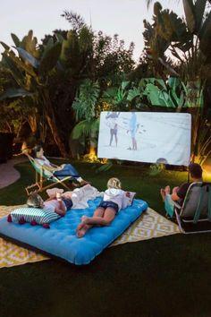 Summer Backyard Parties, Backyard Party Decorations, Backyard Movie Nights, Outdoor Movie Nights, Outdoor Movie Party, Backyard Movie Party, Camping In Backyard, Nice Backyard, Summer Nights
