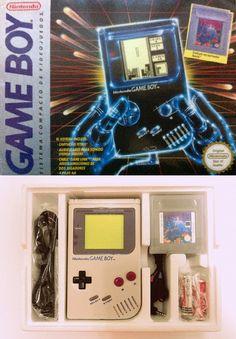 La caja con la que muchos accedimos al mundo de las portátiles. Contenía la GB clásica, el cable link, cuatro pilas, el cartucho del Tetris y unos auriculares que sobrevivirían a un apocalipsis nuclear.
