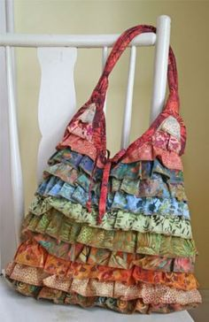 ruffled tote bag - great idea for using up some fabric ends