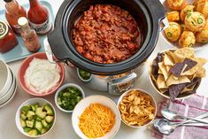 10 Tips for Setting Up an Awesome Chili Bar — Tips from The Kitchn Gather your friends for a little DIY dinner party fun. Easy Party Food, Party Fun, Party Ideas, Diy Party, Party Games, Diy Food, Gift Ideas, Different Chili Recipe, Party