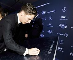 #lwsa14 host Benedict Cumberbatch marks the start of the ceremony by signing our #mh370 tribute wall