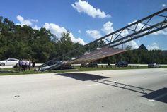 Cae un letrero de @WaltDisneyWorld  sobre autopista en Orlando...