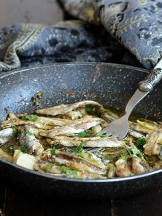 ALICI ARREGANATE (Campania): a poor dish of the Neapolitan cuisine, easy and fast to prepare. The term arreganate comes from the large amount of oregano used in this recipe that In the Neapolitan dialect is called arecheta or arriechete Slow Food, Fish Dishes, Seafood Dishes, Italian Dishes, Italian Recipes, Easy Cooking, Cooking Recipes, Italian Food Restaurant, Kenwood Cooking