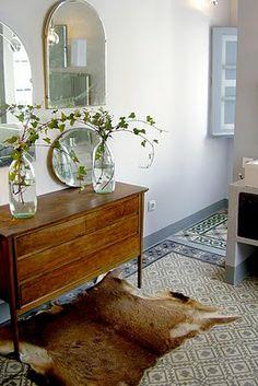 Baldosas hidráulicas en uno de los baños de Casa Josephine Furniture, Interior, Floor Design, House Tiles, Sweet Home Alabama, Entryway Tables, Home Deco, Interior Design, Floor Molding