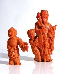 GROUPE EN CORAIL à décor de deux personnages dont l'un tient une double gourde et un baton. Chine, XXe siècle. H : 15.5 cm - Poids : 624 gr