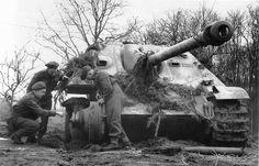 https://flic.kr/p/eiGLrf   Des officiers britanniques observent la carcasse d'un Jagdpanzer V Jagdpanther