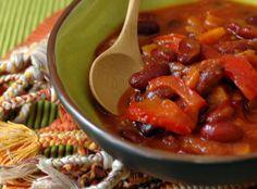 Chili sin carne :  1 oignon rouge 1 gousse d'ail, 1 carotte, 1 petite branche de céleri, 1 poivron rouge, 2 cuil. à soupe d'huile d'olive, 1 cuil. à café de cumin moulu, ¼ cuil. à café de piment de Cayenne, 10 cl de vin rouge, 1 boite de tomates pelées (400 g : poids net égoutté), 500 g de tomates bien mûres, 2 cuil. à soupe bombées de concentré de tomates,  2 boites de haricots rouges (800 g : poids net égoutté),  Sel et poivre du moulin.   Cuisson : min 1h30…
