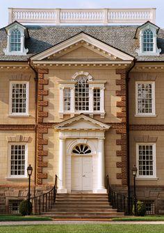 Пример отделки кирпичного частного дома в английском стиле с рустами