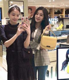 shopping with ma mom Korean Star, Korean Girl, Kpop Girl Groups, Kpop Girls, Fandom Kpop, Red Valvet, Korean Products, Jennie Kim Blackpink, Blackpink And Bts