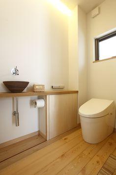 間接照明に無垢の木材でお手洗いもやさしい雰囲気に。お気に入りの手洗いボウルを選べるのも、注文住宅の楽しいところ。⠀  #家づくり #注文住宅 #インテリア #トイレ #自然素材 #木の家 #デザオ建設 #モデルハウス