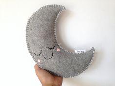 Knuffel Maan DIY grijsMet dit makkelijke doe-het-zelf-pakket maak je jouw eigen lieve knuffel maantje! Inhoud doe het zelf pakket kawaii maan vilt grijs: * patroon * grijs gemeleerd vilt * pastelroze vilt * benodigd garen * kleine naald * borduurnaald * 5 spelden * vulling Zelf toevoegen: * schaar Deze maan wordt ongeveer 28x15 cm op de wijdste punten Moeilijkheidsgraad: Makkelijk! :) Let op: Dit is een doe-het-zelf-pakket, niet een afgemaakt product.