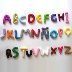 Amigurumi alphabet - pattern in Spanish Crochet Alphabet Letters, Crochet Letters Pattern, Letter Patterns, Crochet Needles, Crochet Yarn, Love Crochet, Easy Crochet, Simply Knitting, Crochet Patterns Amigurumi