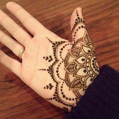 tatuaje-henna-palma-mandala-de-flor-dibujo para mujer Palm Henna Designs, Unique Mehndi Designs, Beautiful Henna Designs, Hand Designs, Wrist Henna, Henna Tattoo Hand, Henna Tattoos, Paisley Tattoos, Mehendi