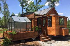 Com 30 metros quadrados, o modelo Elsa tem um quarto, sala e cozinha amplos e ainda conta com um segundo trailer, com estufa e varanda