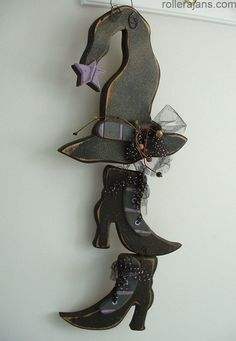 Primitive Hanging Halloween WITCH HAT BOOTS WOODEN SHOES Handmade in UTAH - Straightforward Craft, provides straightforward potentialities to supply your personal merchandise. The home describes the development of concepts and merchandise that can make Halloween Wood Crafts, Halloween Witch Hat, Halloween Signs, Halloween Art, Holidays Halloween, Fall Crafts, Wooden Halloween Decorations, Primitive Halloween Decor, Halloween Halloween