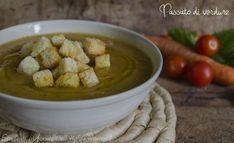 Il passato di verdure è una semplice e gustosa vellutata preparata con tante verdure saporite come carote, patate, zucchine, pomodoro, cipolle e sedano.