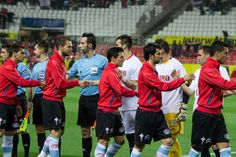 Saludo de los jugadores al inicio del partido.