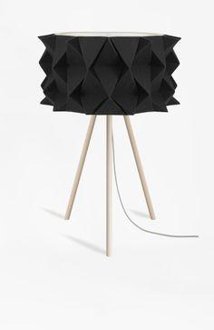Candeeiro feito à mão, composto por uma estrutura de contraplacado e madeira. O abatjour é em papel revestido a tecido cinza mescla. O topo tem um difusor em acrílico para que a vista não entre em contacto directo com a lâmpada.