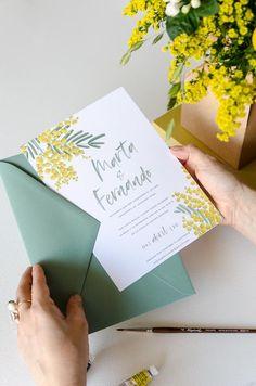 Sobres de colores para bodas, como estos sobres menta que encajan a la perfección con las flores de las mimosas y el ambiente de la colección. Looove it! Invitaciones Mimosas | Una de nuestras invitaciones campestres con flores hechas a mano #inspiraciónbodas #invitaciones #invitacionesconflores #floresparabodas #mimosas #watercolor #acuarela