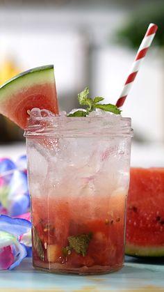 Que tal preparar uma caipirinha diferente nesse Carnaval? Essa de melancia, limão e gengibre é bem suave e refrescante!