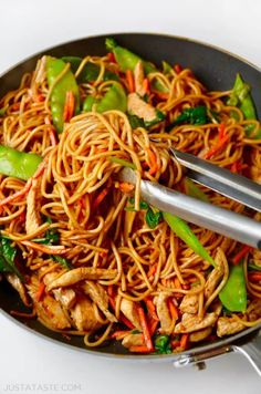 All you need is 25 minutes for this Easy Chicken Lo Mein recipe! This takeout-fakeout dish is loaded with veggies and chicken, and it's all tossed it a sweet, tangy, garlicky soy sauce. It's fresh, fast and totally family-friendly! Quick Easy Meals, Easy Dinner Recipes, Dinner Ideas, Easy Recipes, Asian Recipes, Healthy Recipes, Asian Cooking, Mets, Chicken Recipes