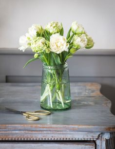 spring living room ideas, recycled glass vase