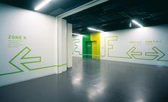 Projeto desenvolvido por Hiromura Design para o Centro de Design da Nissan. Todo o conceito é baseado em apenas uma única linha que se prolonga entre os corredores e salas do complexo. As cores e p...