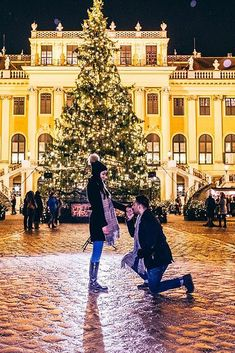 18 Christmas Proposal Ideas To Make Dream Come True ❤ christmas proposal man propose a woman city ❤ More on the blog: https://ohsoperfectproposal.com/christmas-proposal/