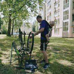 2016. június 25. - János és Krisztián - Babahordozás kerékpárszerelés közben | 25 June, 2016 - János and Krisztián - Babywearing while repairing a bicycle  #carrymeproject #cmp #hordozás #babywearing #Apa #Father #hobbi #hobby #kerékpár #munka #pihenés 